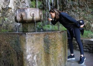 The actress Eva Longoria drinks from the Covadonga fountain in April 2017 (source: elcomercio.es).